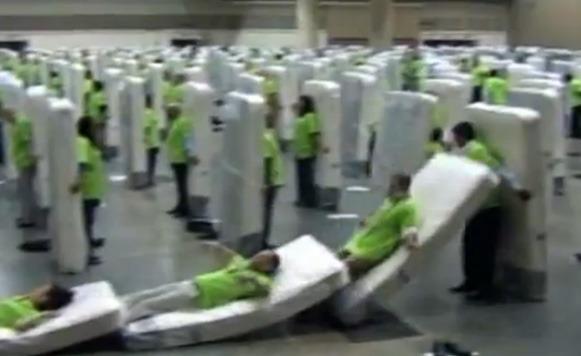 Dominó humano gigante bate record mundial