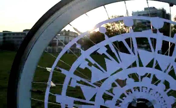 Animaciones hipnóticas logradas con el girar de ruedas de bicicleta