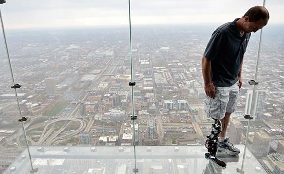 Hombre bate record al subir 103 pisos con una pierna biónica (video – por Manuel Cosío)
