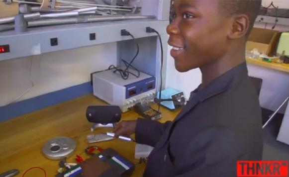 Niño prodigio de Sierra Leona construye estación de radio con restos de basura