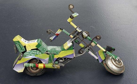 ellos crean autitos motos munecas entre otros juguetes artesanales
