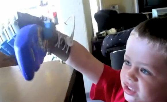 Hacen prótesis de una mano robot para niño de 5 años (por Manuel Cosío)