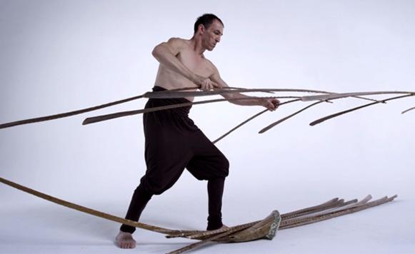 Balance-Cuerpo, mente, destreza y poesía visual contra la gravedad (por Iohanna Küppers – Cortesía de Treska)