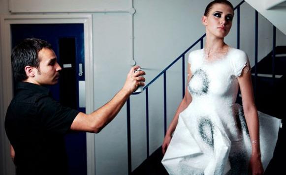 Ropa en aerosol-para dibujar sobre el cuerpo las prendas soñadas (Cortesía de Juan Britos)