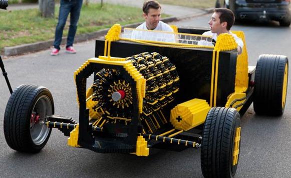 Auto fabricado íntegramente con LEGOs
