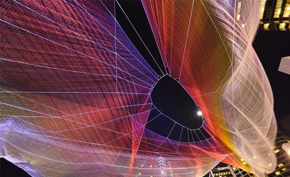 Janet Echelman y sus esculturas psicodélicas colgando en el aire (por Iohanna Küppers)