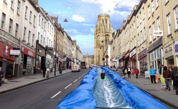 Park and Slide–Toboganes de agua en las calles de Bristol